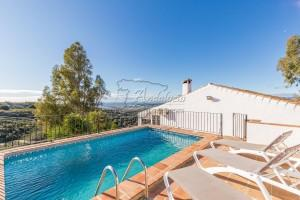 Renovated cortijo with pool and sea view