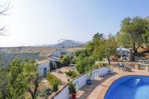 Landelijke hoeve met verschillende terrassen, zwembad en zichten